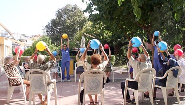 Sessió d'activitat física a l'aire lliure a la Residència Nazaret de Malgrat de Mar