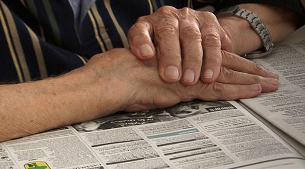 Persona mayor leyendo un diario