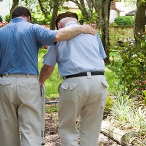 Un fill passeja amb el seu pare gran