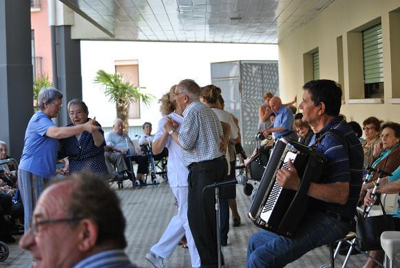 Baile en la Residencia Santa María del Tura de Olot