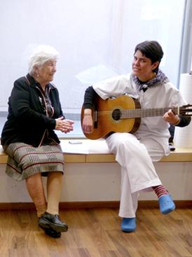 Disfrutando de la música, en la Residencia San José (Burjassot, Valencia)