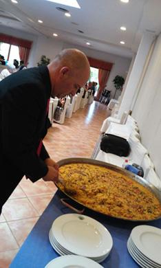 Los residentes de la residencia San José disfrutan de una paella en un restaurante de la Albufera.